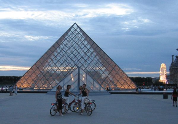 Paris-Riding a bicycle in France (J. Chung)