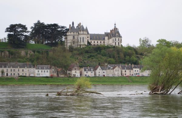 leisurely drives through France: chateau across the river