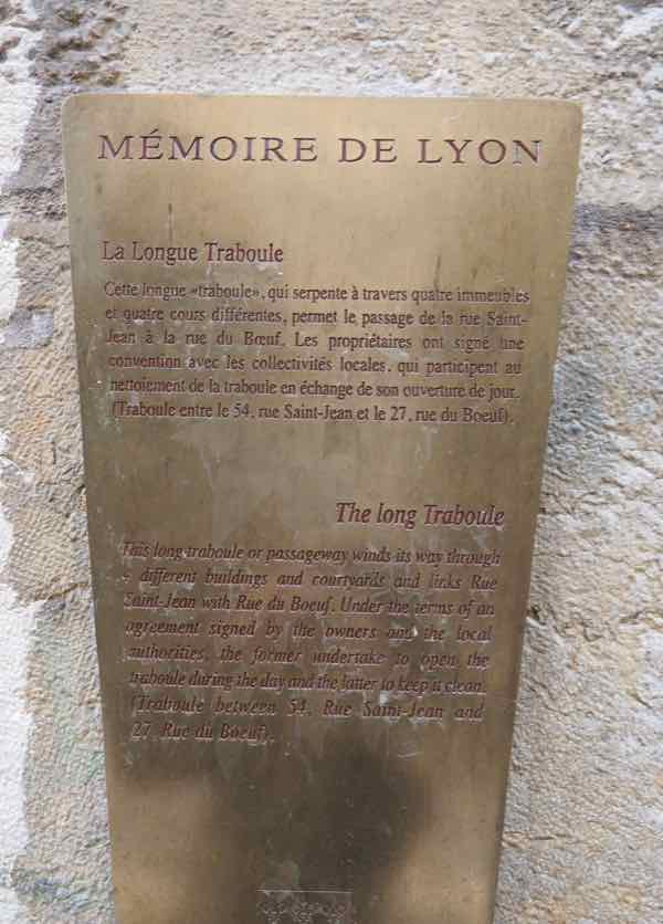 Sign at the entranceway to the traboule in Lyon (J. Chung)