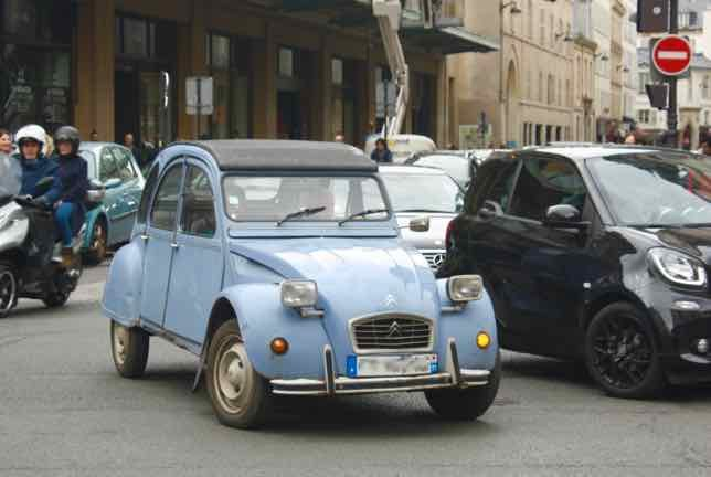 Citroen 2CV in Paris-Citroen 2CV