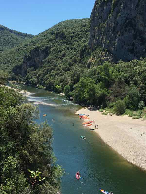 Ardèche river: lots of people chose to see Pont d'Arc by kayak