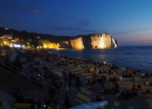 Falaise d'Aval lit up at night in Etretat (J .Chung)