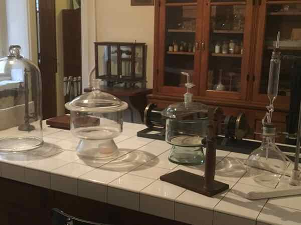 Inside Musee Curie : laboratory