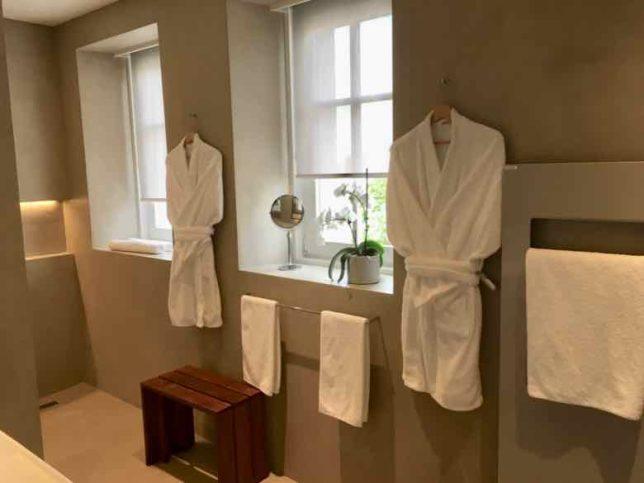 Bathroom-Chateau Autignac (J. Chung)