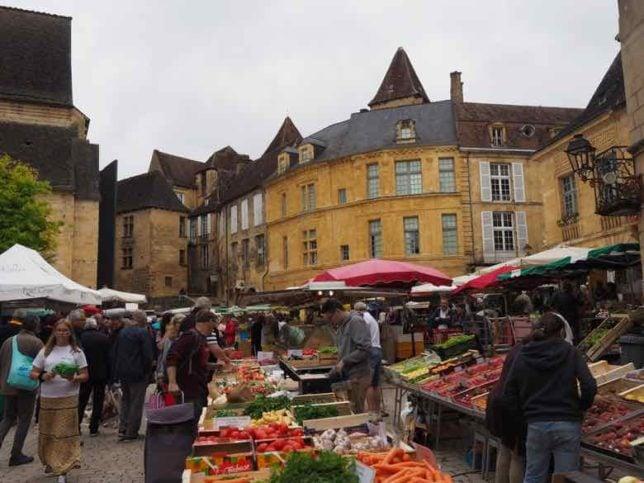 Saturday market in Sarlat (J. Chung)